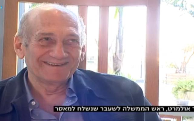 Ehud Olmert dine à Tel Aviv, en janvier 2016. (Crédit : capture d'écran Dixième chaîne)