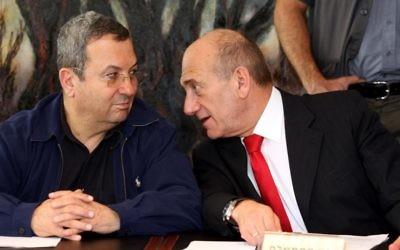 Ehud Olmert, à droite, alors Premier ministre, et son ministre de la défense Ehud Barak, le 4 juillet 2007. (Crédit : Ariel Jerozolimski/Flash90)