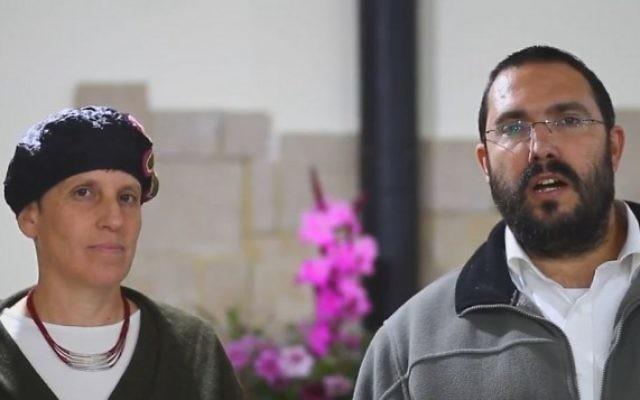 Reuven et Nurit Ben-Uliel s'expriment sur l'inculpation de leur fils Amiram dans l'attaque de Duma. (Crédit : capture d'écran Twitter)