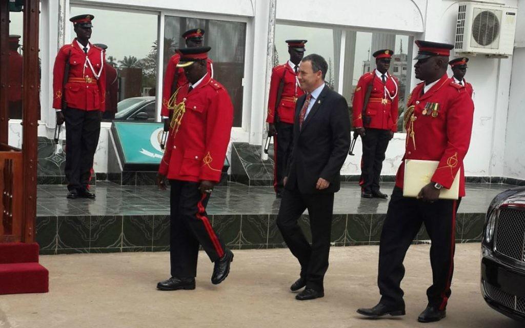 L'ambassadeur d'Israël en Gambie Paul Hirschson inspecte une garde d'honneur dans la capitale Banjul en Gambie, le 12 janvier 2016 (Crédit : Autorisation de l'Ambassade d'Israël, Dakar)