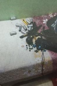 Des bombes artisanales retrouvées dans la maison de Diana et Nadia Hawila en dehors de Tulkarem à la fin du mois de décembre 2015 (Crédit : Shin Bet)
