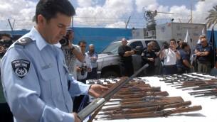 """Des armes illégales saisies par la police israélienne pendant l'opération """"loi et ordre"""", le 10 avril 2014. (Crédit : Flash90)"""