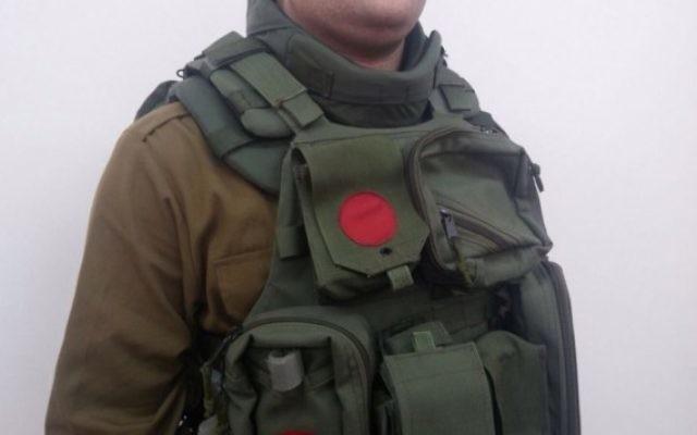 La nouvelle protection pour le cou créée pour les soldats de l'armée israélienne servant en Cisjordanie. (Crédit : unité des porte-paroles de l'armée)