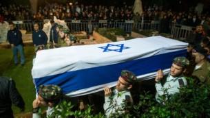 Des soldats israéliens portent le cercueil du capitaine Yishai Rosales, au cimetière militaire du mont Herzl, à Jérusalem, le 7 janvier 2016. (Crédit : Yonatan Sindel/Flash90)