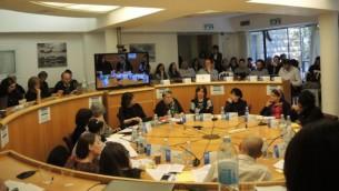 """Plus d'une vingtaine de femmes ultra-orthodoxes, dirigeants, éducateurs, rabbins, et sociologues se sont réunis à l'Institut de la démocratie en Israël pour un colloque intitulé «La femme Haredi au 21e siècle: famille, collectivité et société."""" (Photo: Melanie Lidman / Times of Israel)"""