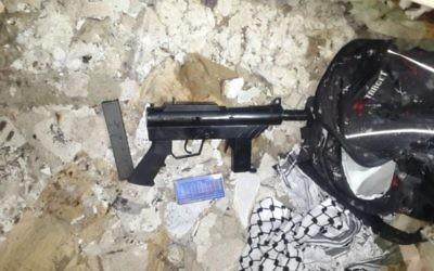 L'arme qui aurait été utilisée pour attaquer des soldats israéliens le 20 janvier 2016. L'arme a été retrouvée par les forces israéliennes dans la banlieue de Tulkarem le 22 janvier 2016. (Crédit : Shin Bet)