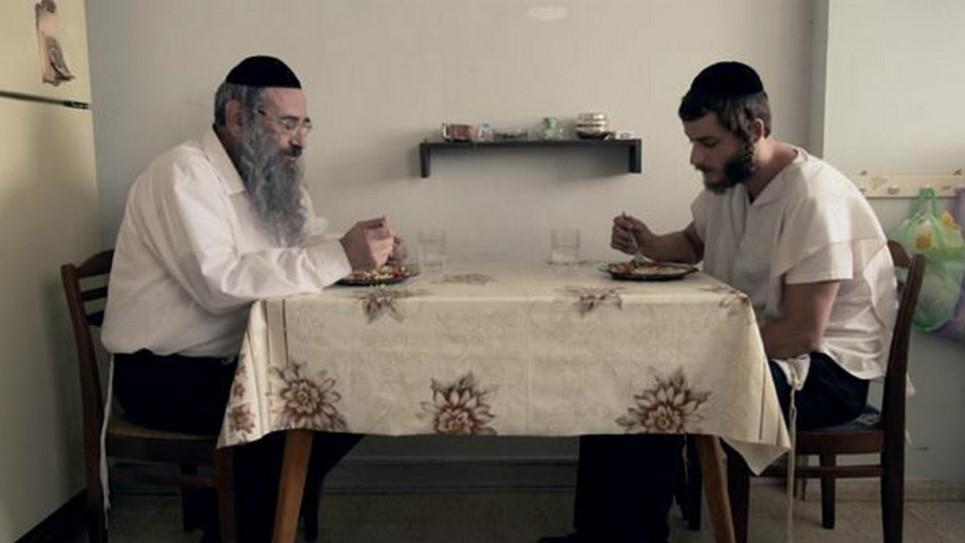 """Les Shtisel, le père Shulem et le fils Akiva, à table dans leur cuisine (Crédit : """"Shtisel"""")"""