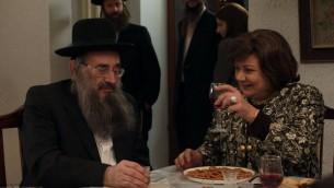 """Le personnage de  Shulem Shtisel avec son nouvel amour, l'actrice Hanna Laszlo (Crédit : """"Shtisel"""")"""