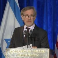 Steven Spielberg prend la parole lors d'une cérémonie commémorative de la Shoah à l'ambassade d'Israël à Washington, le 27 janvier 2016 (Capture d'écran YouTube)