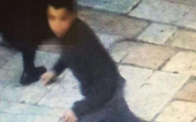 Un des suspects de l'attaque au couteau contre un adolescent israélien près de la porte de Damas, le 30 janvier 2016. (Crédit : autorisation)