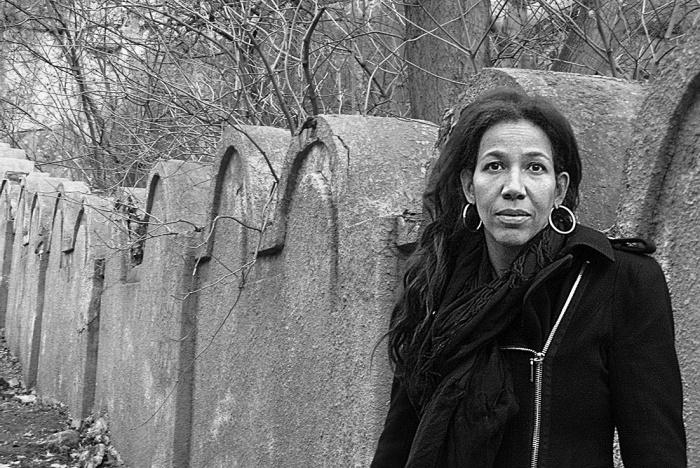 Jennifer Teege à côté de l'ancien ghetto juif de Cracovie, en Pologne, de son livre de 2015 « Mon grand-père m'aurait tué » (Crédit : Autorisation)