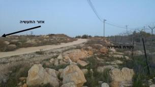 Le trou dans la clôture, indiqué en hébreu sur la droite, montre où l'adolescent palestinien qui aurait poignardé Michal Froman est entré dans l'implantation juive de Tekoa, en Cisjordanie, le 18 janvier 2016. (Capture d'écran : document de la sécurité de Tekoa)