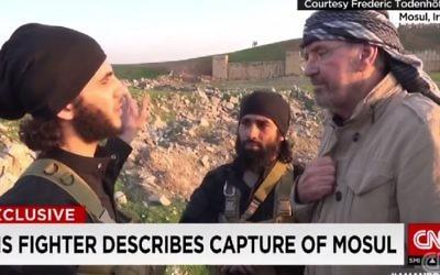 Capture d'écran d'un reportage de CNN montrant Jürgen Todenhöfer en compagnie de combattants de l'EI en Syrie en 2014 (Crédit : capture d'écran CNN)