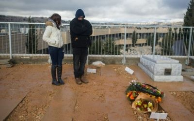 La tombe de Shlomit Krigman, 23 ans, après son enterrement le 26 Janvier 2016 à côté de celle de Dafna Meir à Jérusalem  (Crédit photo: Yonatan Sindel / Flash90)