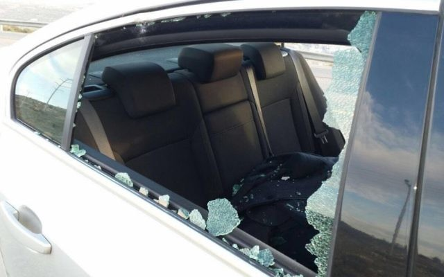 La voiture du député Yesh Atid, Haim Jelin, qui a été touché par des jets de pierres (Crédit : Autorisation)