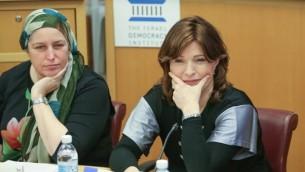Naomi Perl, co-fondarice du Ron Shulamit Conservatory pour jeunes filles Haredi à Har Nof (à gauche), et Vardit Rozenblum, avocate pour Midat, lors du colloque de l'Institut israélien de la démocratie le 21 décembre 2015. (Photo: Institut israélien de la démocratie)