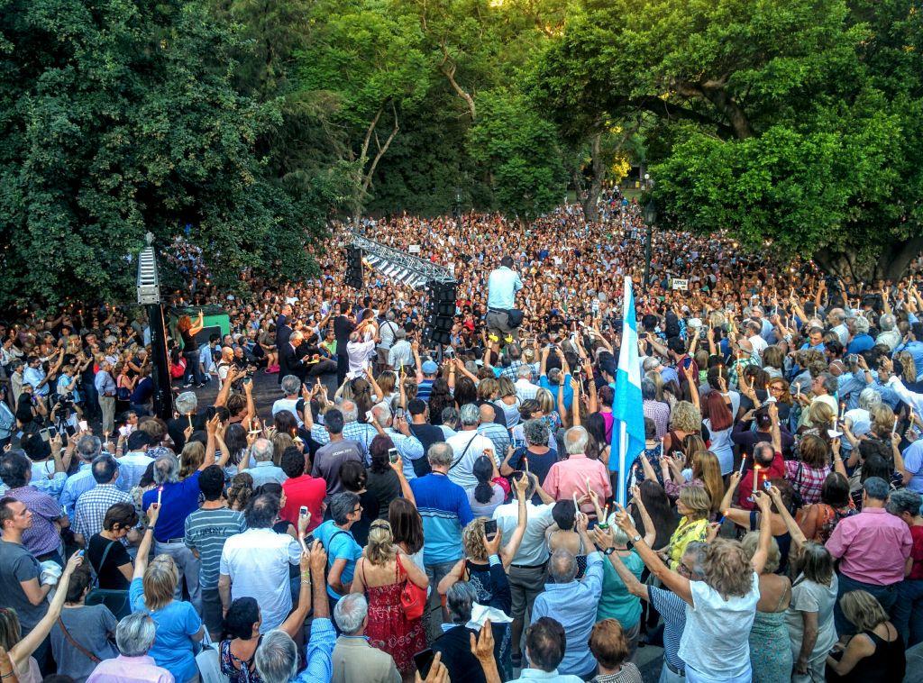 Des centaines de personnes avec des bougies sur la place Alemania de Buenos Aires pendant une cérémonie de commémoration en hommage au procureur argentin Alberto Nisman, présumé assassiné, le 18 janvier 2016. (Crédit : Ilan Ben Zion/The Times of Israel)