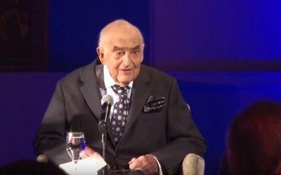 Lord George Weidenfeld, au congrès juif international, en avril 2015. (Crédit : capture d'écran YouTube/WorldJewish Congress)