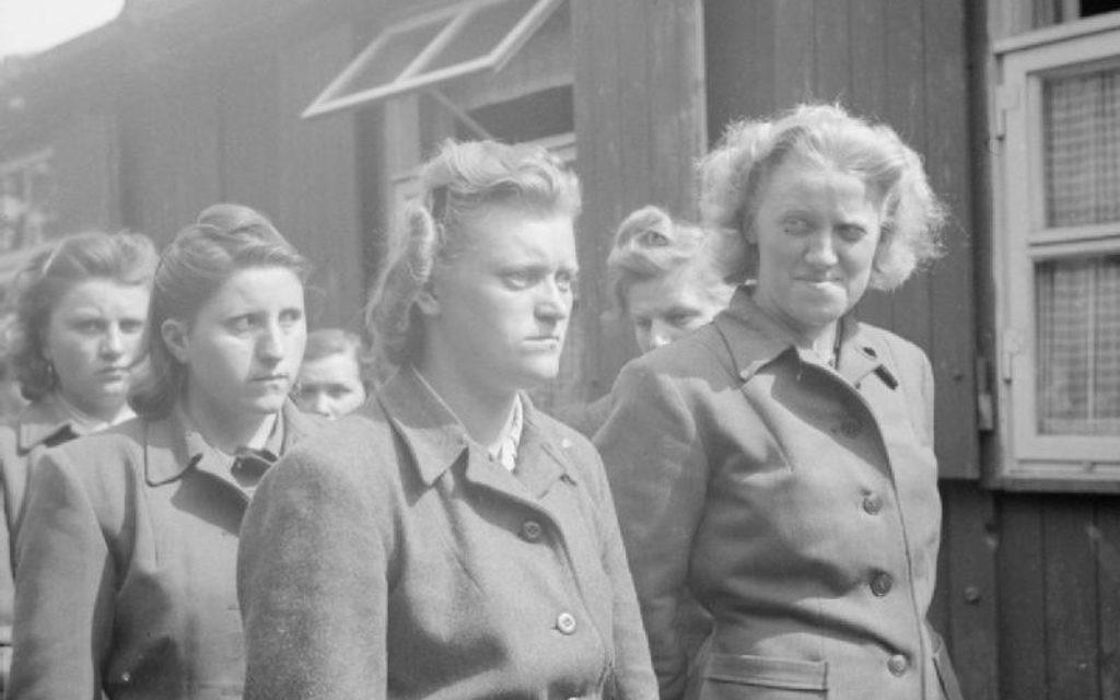 Lors de la libération de Bergen-Belsen en avril 1945, les gardiens et les SS ont défilé (Crédit : Wikimedia Commons)