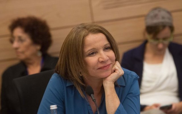 La députée de l'Union sioniste Shelly Yachimovich à la Knesset, le 8 juin 2015. (Crédit : Miriam Alster/Flash90)