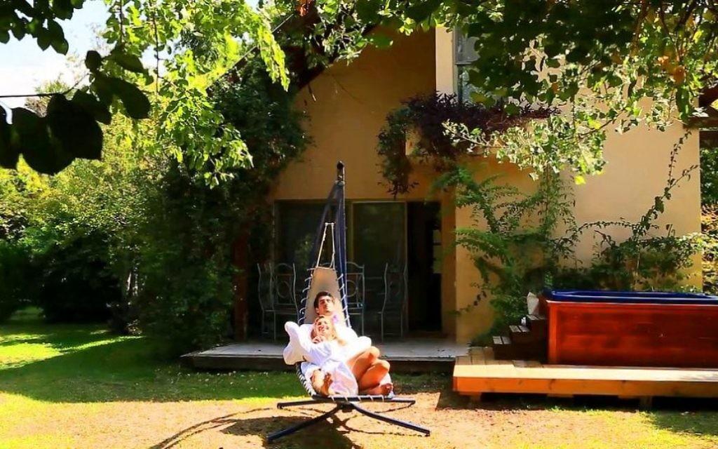 Se relaxer dans un hamac à la Villa Vitrage, où la famille Olshinski paie ses coûts de défraiement en demandant à ses invités de payer pour la soupe maison. (autorisation Refanah)