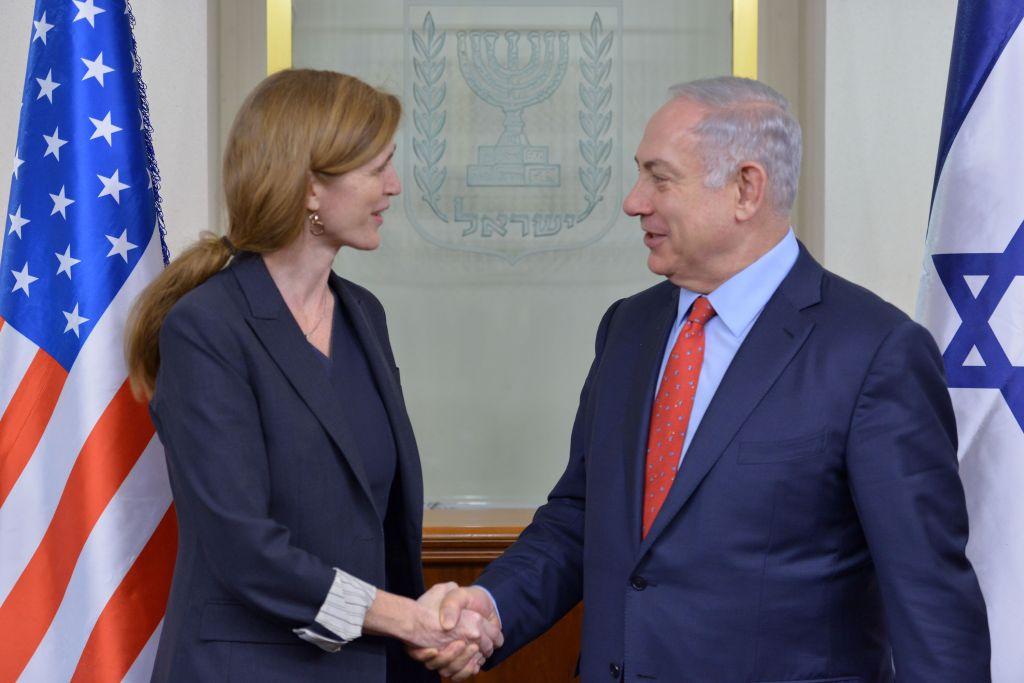 Benjamin Netanyahu, à droite, lors d'une rencontre avec Samantha Power à Jérusalem le 15 février 2016 (Crédit : Kobi Gideon / GPO)