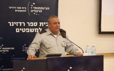 Le chef d'Etat major de l'armée israélienne, Gadi Eizenkot, pendant une conférence en mémoire de l'ancien chef d'Etat major Amnon Lipkin-Shahak au centre interdisciplinaire d'Herzliya, le 9 février 2016. (Crédit : Adi Cohen Zedek/IDC Herzliya)