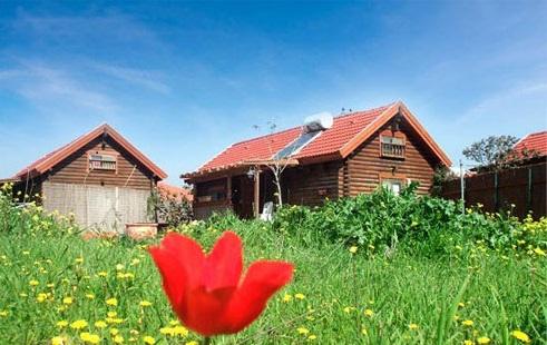 Une vue du jardin de Southern Wind, les cabines de Tova Hadad et sa famille à Avnei Eitan, sur le plateau du Golan. (autorisation Southern Wind)