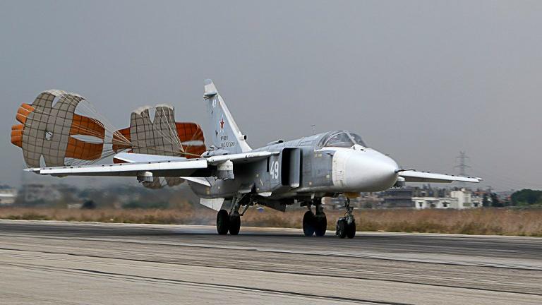 Un bombardier Sukhoi Su-24 russe sur la base militaire russe à Hmeimin dans la province de Lattaquié, dans le nord-ouest de la Syrie, le 16 décembre 2015. (Crédit : Paul Gypteau/AFP)