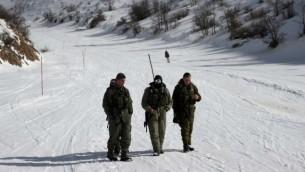 Des soldats à la station de ski du mont Hermon (Crédit : AFP)