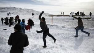 Bataille de boules de neige au mont Hermon, 21 janvier 2016 (Crédit : Thomas Coex/AFP)