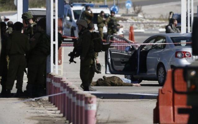 Les forces de sécurité israéliennes sur les lieux d'une fusillade à un checkpoint proche de Beit El, une implantation israélienne en Cisjordanie, le 31 janvier 2016. (Crédit : AFP / ABBAS MOMANI)