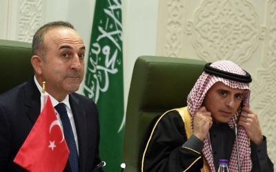 Le ministre turc des Affaires étrangères Mevlut Cavusoglu (g) à l'écoute de la question d'un journaliste à côté de son homologue saoudien Adel al-Jubeir lors d'une conférence de presse conjointe le 31 janvier 2016 à la salle de presse du ministère des affaires étrangères à Ryad. (Crédit : AFP / FAYEZ NURELDINE)