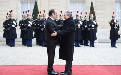 Le président français François Hollande (à gauche) accueille le président cubain Raul Castro à son arrivée le 1 février 2016 au Palais de l'Elysée à Paris (Crédit : AFP/STEPHANE DE SAKUTIN)