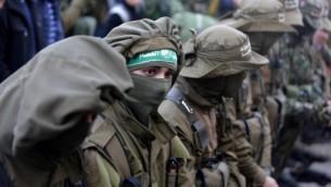 Les membres palestiniens des Brigades Ezzedine al-Qassam, la branche armée du mouvement Hamas, lors des funérailles du membre du Hamas Ahmed al-Zahar, mort dans l'effondrement d'une tunnel dans le village d'Al-Moghrabi, près du camp de réfugiés de Nuseirat dans le centre de la bande de Gaza, le 3 février 2016  (Crédit : AFP / MAHMUD HAMS)