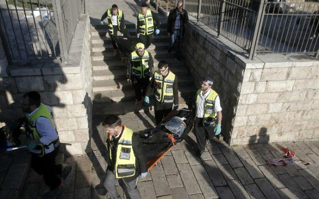 Les secouristes portant les corps de deux terroristes palestiniens tués lors d'un attentat à la porte de Damas, à l'extérieur de la Vieille Ville de Jérusalem, le 3 février 2016 (Crédit : Ahmad Gharabli / AFP)
