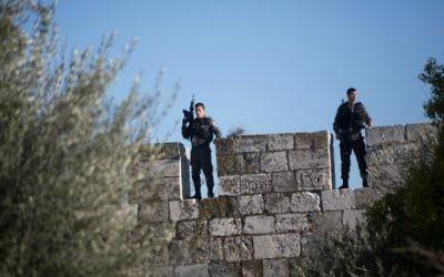 La police des frontières sur la muraille de la Vieille Ville de Jérusalem, après une attaque par trois Palestiniens à la porte de Damas, une des entrées principales de la Vieille Ville, le 3 février 2016. (Crédit :  Menahem Kahana/AFP)