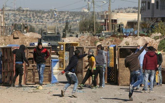 Affrontements entre jeunes palestiniens et armée israélienne à Qabatiya, près de Jénine, en Cisjordanie, le 4 février 2016. L'armée est entrée dans la ville d'où sont originaires les trois auteurs de l'attaque de la veille à la porte de Damas de Jérusalem, qui a tué Hadar Cohen, 19 ans, et fait un autre blessé grave. (Crédit : AFP / JAAFAR ASHTIYEH)