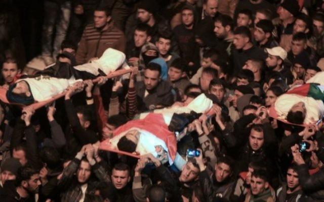 Funérailles de trois Palestiniens tués par les forces de sécurité israéliennes pendant qu'ils menaient une attaque fatale à Jérusalem, tuant Hadar Cohen, 19 ans, à Qabatiya, près de Jénine, en Cisjordanie, le 5 février 2016. (Crédit : AFP/Jaafar Ashtiyeh)