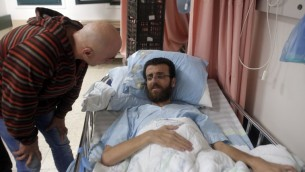 Mohammed al-Qiq, prisonnier palestinien en grève de la faim, dans un hôpital du nord d'Israël, à Afula, le 5 février 2016. (Crédit : AFP/Ahmad Gharabli)
