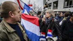 Les manifestants brandissant des Pays-Bas lors d'une manifestation de PEGIDA dans le centre d'Amsterdam, le 6 février 2016 (Crédit : Remko De Waal / ANP / AFP)