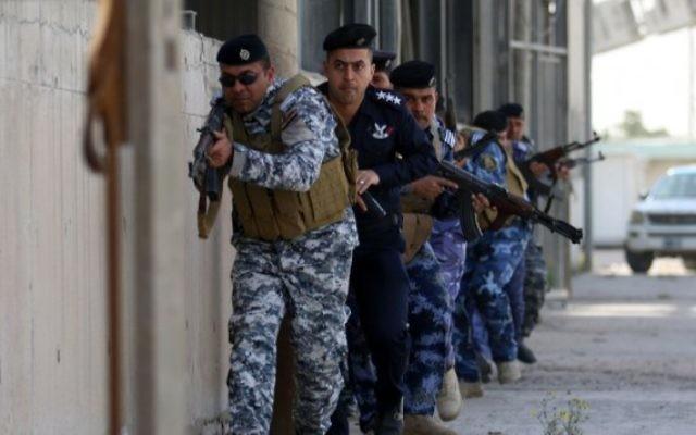 Les forces de sécurité irakienne, en charge de la sécurité du port, dans un exercice simulant une attaque terroriste dans le port de Umm Qasr, près de Bassora, en Irak, le 8 février 2016. (Crédit : AFP / HAIDAR MOHAMMED ALI)