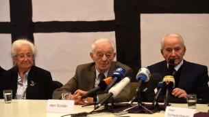 Des anciens prisonniers d'Auschwitz, (g à d) Erna de Vries, Justin Sonder and Leon Schwarzbaum à une conférence de presse à Detmold, avant le procès d'un SS Reinhold Hanning, le 10 février 2016 (Crédit : PATRIK STOLLARZ / AFP)