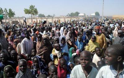 Cette photo a été prise le 2 février 2016 et montre les personnes déplacées (IDP) en majorité des femmes et des enfants en attendant de recevoir de la nourriture au camp de Dikwa, dans l'Etat de Borno, dans le nord-est du Nigeria (Crédit : AFP / STRINGER)