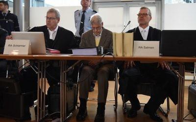 Reinhold Hanning, au centre, entre ses deux avocats au tribunal à Detmold, le 11 février 2016 (Crédit : AFP / PATRIK STOLLARZ)