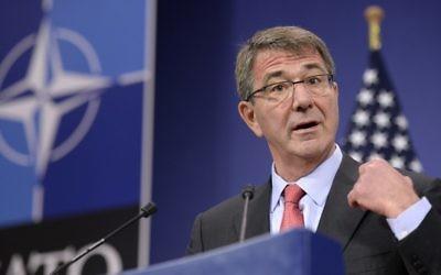 Le secrétaire américain à la Défense Ashton Carter s'adresse à la réunion des ministres de la Défense au siège de l'OTAN au Conseil de l'Atlantique Nord (NAC) à Bruxelles, le 11 février 2016 (Crédit : AFP / THIERRY CHARLIER)