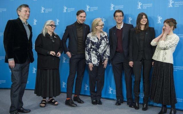 Les membres du jury de la Berlinale Film Festival (G à D) le critique de cinéma britannique et membre du jury Nick James, la photographe français et membre du jury Brigitte Lacombe, l'acteur allemand et membre du jury Lars Eidinger, l'actrice américaine et président du jury Meryl Streep, l'acteur britannique et membre du jury Clive Owen, la cinéaste polonaise et membre du jury Malgorzata Szumowska et la membre italienne du jury Alba Rohrwacher posent à Berlin le 11 février 2016. (Crédit : AFP / John MACDOUGALL)