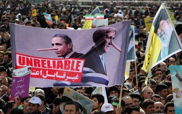 Des Iraniens brandissant des bannières avec des slogans anti-américains au cours des célébrations sur la place Azadi de Téhéran (Place de la Liberté) du 37e anniversaire de la révolution islamique, le 11 février 2016 (Crédit : Atta Kenare / AFP)