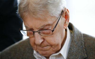 L'ancien gardien d'Auschwitz Reinhold Hanning pendant son procès devant la cour de Detmold, le 11 février 2016 (Crédit : AFP/Pool/Wolfgang Rattay)