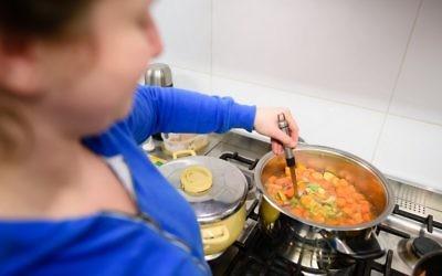 De la nourriture est préparée pour les 'invités' du 'Winter Night Shelter' de  l'Eglise catholique Holy Apostle dans l'ouest de Londres le 11 février  2016 (Crédit : AFP / LEON NEAL )